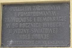 Tablica-Upamietniajaca-Ofiary-II-Wojny-Swiatowej