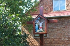 Przydrozny-krzyz-z-kapliczka-Chrystusa-Ukrzyzowanego-i-Matka-Boza-Bolesna